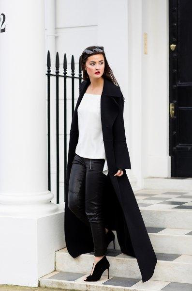 vit chiffongblus med damaskar i svart läder och maxikåpa