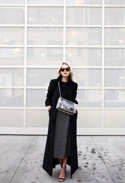 svart maxi-kappa med tröja och grå midjeljurkjol