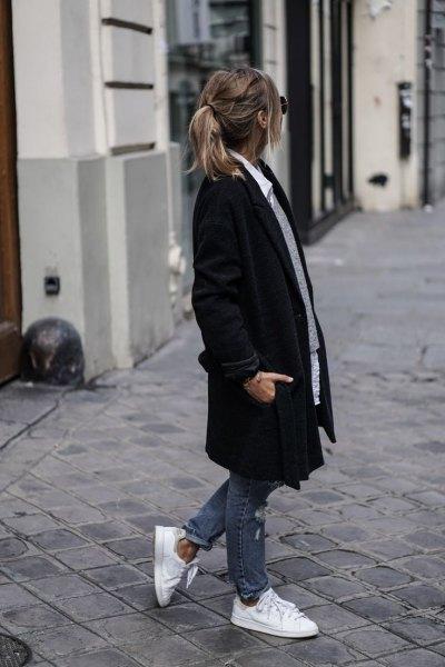 svart lång kappa med grå tröja och vit skjorta med knappar