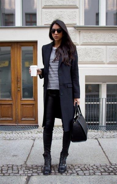 svart lång ullrock med randig t-shirt och smala jeans