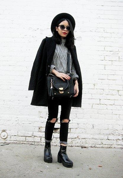 svart ullrock med grå stickad tröja och rippade jeans