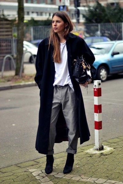 lång svart ullrock med vit tröja och grå raka benbyxor