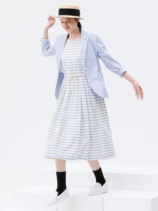 ljusgrå och vit randig midiklänning med babyblå kavaj