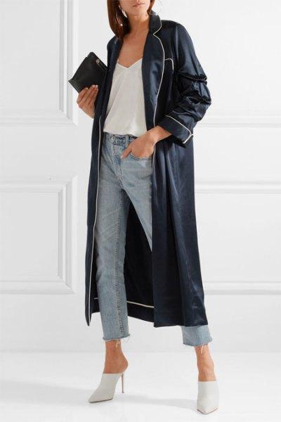 svart läder maxijacka med korta jeans och vita klackar