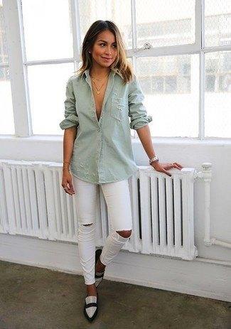 grå skjorta med knappar, rippade jeans och vita läderskor med spetsiga tår