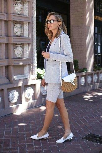 grå kavaj med matchande shorts och vita platta läderskor