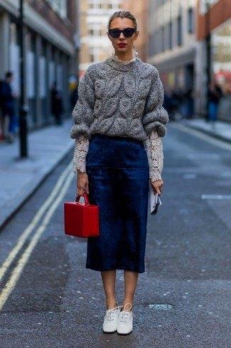 grå, tjock tröja med mörkblå midikjol och vita läderskor