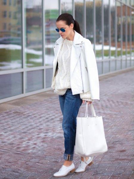 Läderjacka med kabelstickad tröja och vita skor