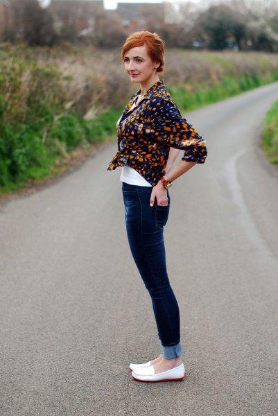 svart tryckt skjorta med mörkblå skinny jeans och vita tofflor