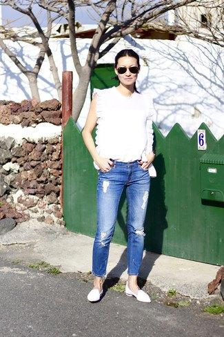 vit ärmlös topp med blå jeans och läderskor