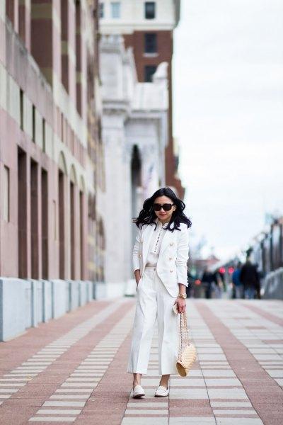 vit kostym med matchande läderskor