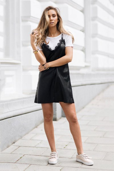 vit t-shirt svart slipklänning med kantad fåll