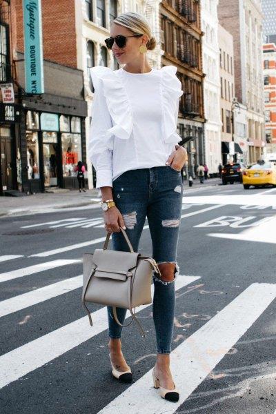vit rufsad axelblus med rippade grå skinny jeans