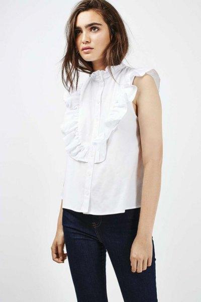 vit ärmlös ruffad skjorta med svarta skinny jeans