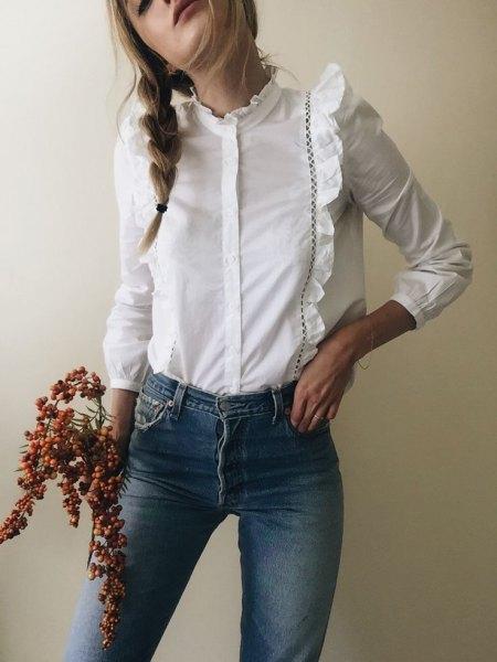 vit långärmad skjorta med volangknappar och blå skinny jeans