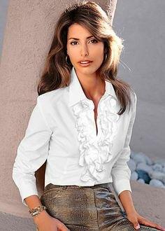vit ruffad skjorta med grå tvättad, figur-kramande midikjol i läder