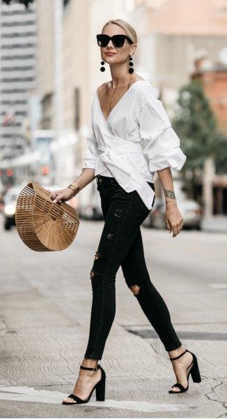 vit wrap-skjorta med djup V-ringning och svarta skinny jeans