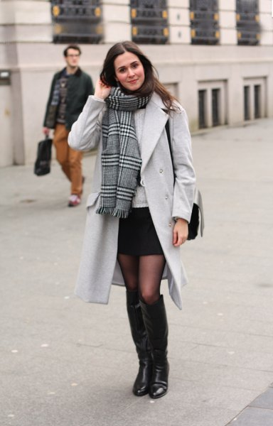 svart minikjol lång trenchcoat halsduk