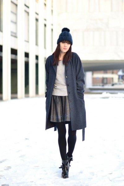 grå minikjol lång mörkblå koftstickad mössa