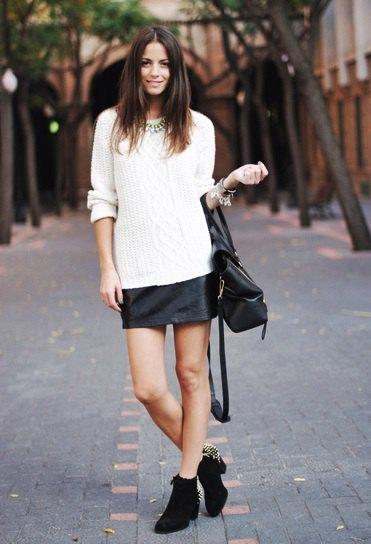 vit stickad tröja svart läder mini kjol på vintern