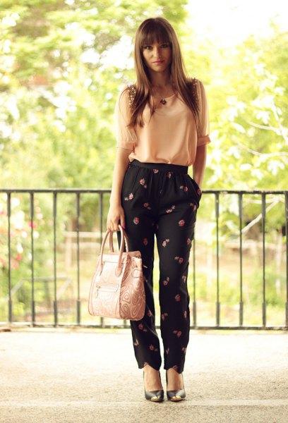 Ljusgul chiffonglinne med svarta byxor med blommönster