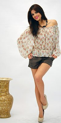 Blush and white av axelblusen med svarta mini-shorts