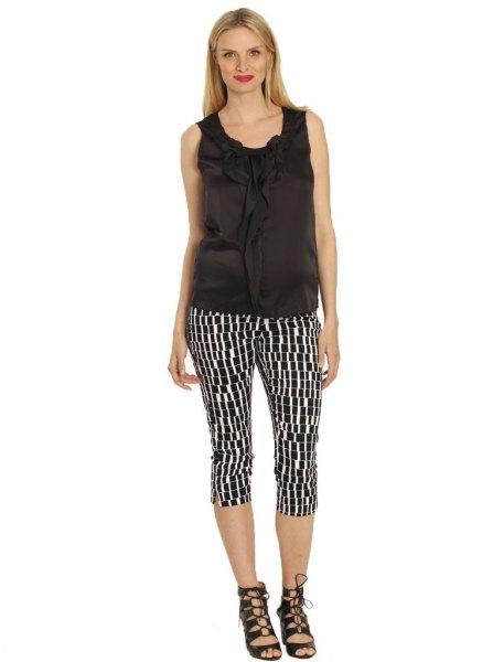 svart linne med tryckta knälånga byxor