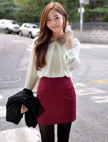 vit chiffongblus med en burgundy, figur-kramande minikjol