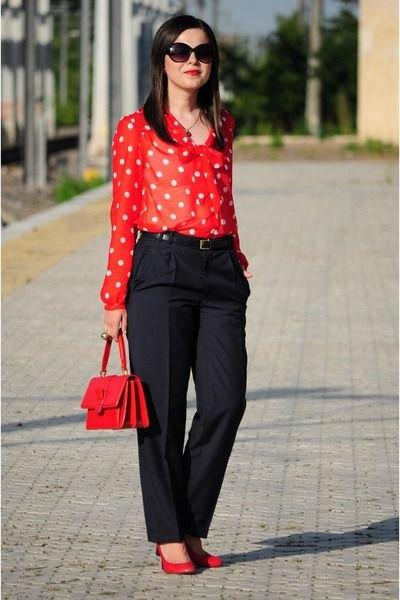 röd och vit prickig skjorta, svarta chinos med vida ben