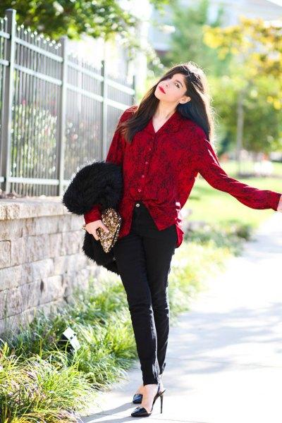 röd sammetsknappskjorta, svarta rörbyxor