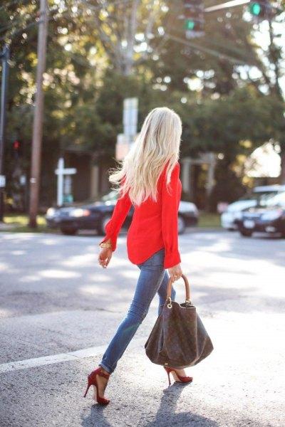 röd slim fit-skjorta med knäppning grå skinny jeans