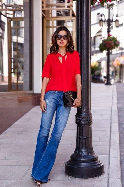 röd slipsblus blå utsvängda jeans