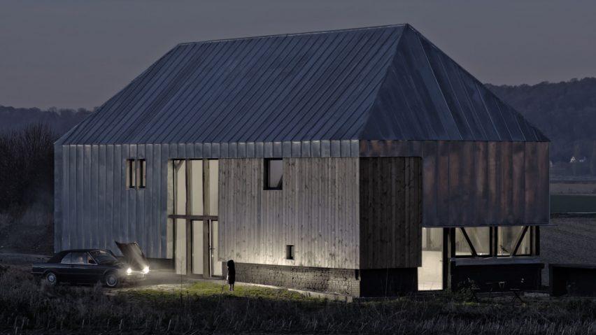 Antonin Ziegler täcker övergiven ladugård i zinkplattor för att skapa.