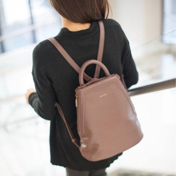 svart tröja med grå skinny jeans och rodnande rosa läderhandväska