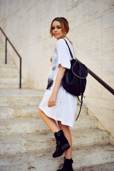 vit tryckt t-shirt klänning med ankelstövlar med sammet ryggsäck handväska