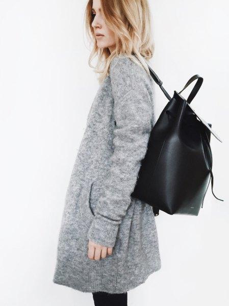 grå kofta med svarta skinny jeans och läderryggsäck