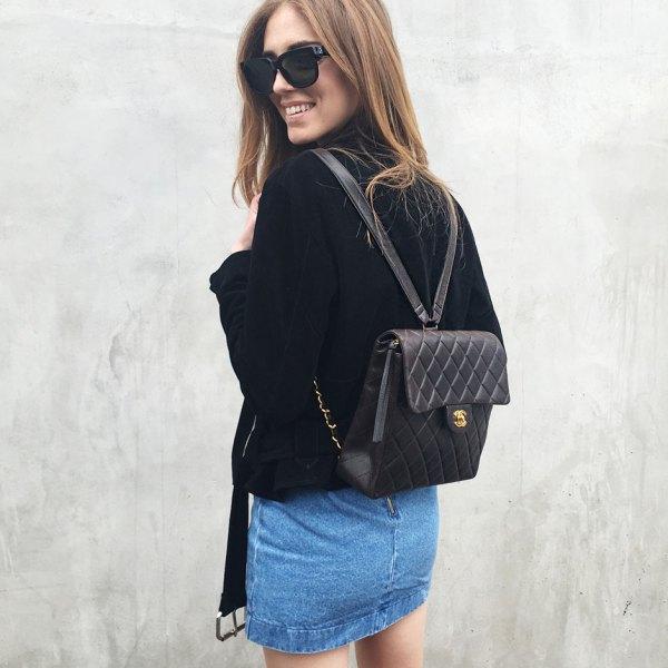 svart quiltad läderryggsäck handväska med sammetjacka och minikjol i denim