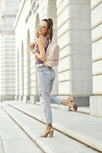 grå linne med pojkvän jeans och ljusrosa plånbok i ryggsäck läder