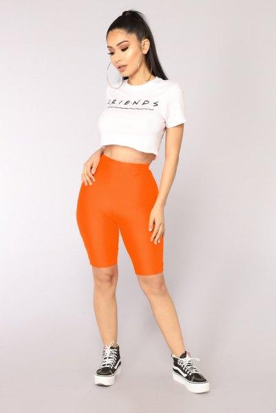 orange tunna shorts och vit kort t-shirt