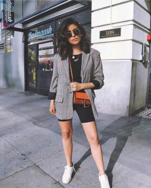 grå tweed-kavaj med svarta cykelshorts och vita sneakers