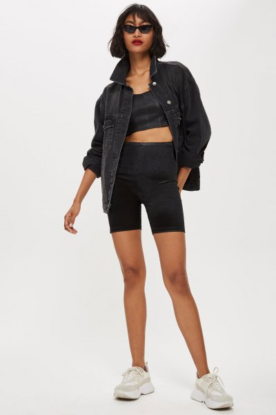 svart jeansjacka med crop top och matchande cykelshorts