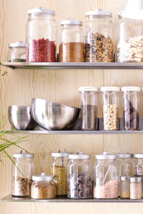 En av de viktigaste föremålen i ett råvarukök är förvaring.