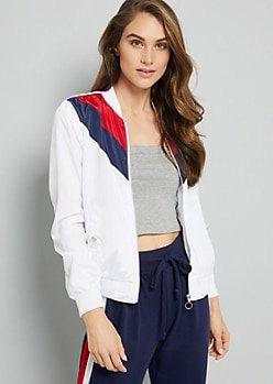 vit jacka med grå, kortklippt linne med scoop-halsringning