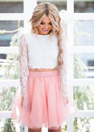 vit spets långärmad beskuren blus med rodnad rosa tyll mini kjol