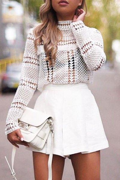 vit virkad topp med mock hals och minirater kjol