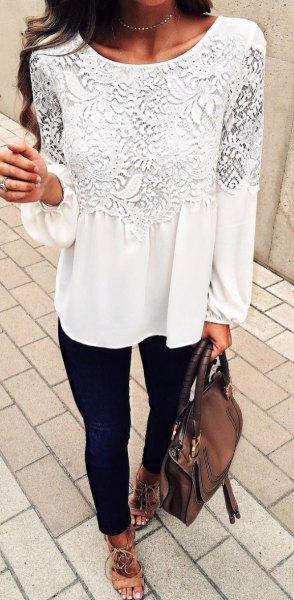 vit långärmad spetsblus med svarta skinny jeans