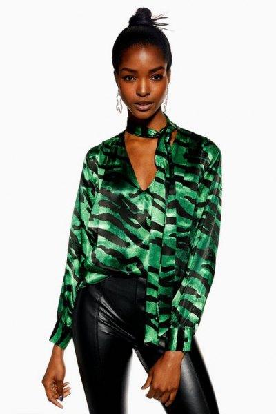 svartgrå sidenskjorta med tigerprint och läderjackor