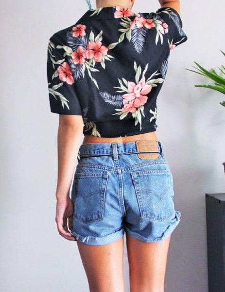 kort svart hawaiisk skjorta med blå jeansshorts