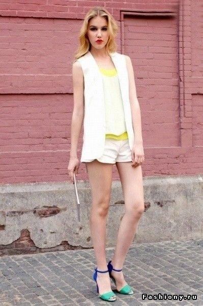 vita ärmlösa shorts med chiffongblazerväst