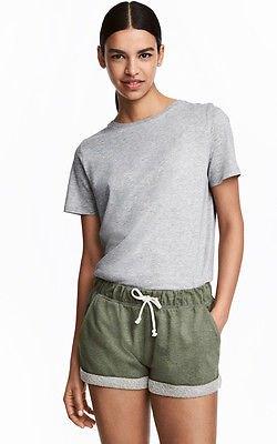 grå t-shirt med avslappnad passform och matchande mini-shorts i bomull